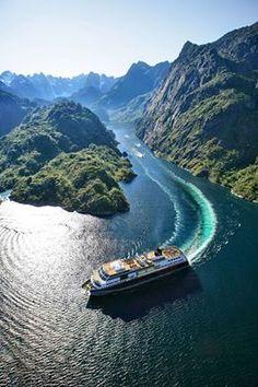 Das Schiff MS Trollfjord der Hurtigruten im norwegischen Fjord Trollfjorden  Foto: ToFoto / www.nordnorge.com/?id=412616041 / Hadsel