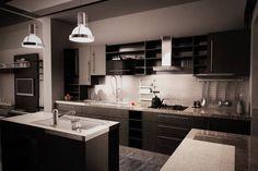 cuisine moderne en forme de L avec îlot et suspensions industrielles
