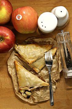 Fagottini di pasta fillo ripieni di radicchio, mele e stracchino Very Hungry, Healthy Snacks, Eggs, Chicken, Breakfast, Food, Pies, Health Snacks, Morning Coffee