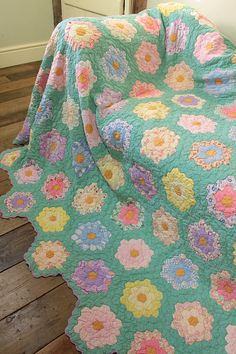 Vintage Home - Pretty Handsewn Patchwork Quilt. The particular umbrella – which includes a Old Quilts, Antique Quilts, Vintage Quilts, Quilting Projects, Quilting Designs, Quilting Templates, Hexagon Quilt, English Paper Piecing, Quilt Making