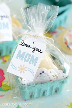 Use a bit of creative packaging and these cute free printable tags to dress up some treats purchased at the grocery store to make a cute and fun gift for Mom!
