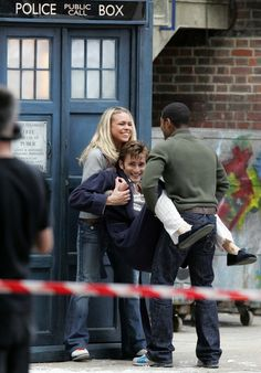 Doctor Who: David Tennant as the Tenth Doctor and Billie Piper as his sidekick, Rose Tyler, goofing around while filming. Décimo Doctor, Serie Doctor, Twelfth Doctor, Fandoms Unite, Dr Who, Billie Piper, Torchwood, Julie, Time Lords