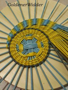 Sten golыh, belыh okаzаlosь tože bolьše v 2 rаzа. Diy And Crafts, Arts And Crafts, Paper Crafts, Paper Basket Weaving, Circular Weaving, Weaving Patterns, Crochet For Beginners, Plates On Wall, Diy For Kids