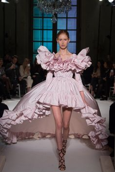 The very best of fashion design is revealed during Haute Couture Fashion Week. Paris Haute Couture Week has just finished for the Spring Summer 2017 season. Fashion Week, Look Fashion, Runway Fashion, Fashion Show, Fashion Outfits, Fashion Goth, Paris Fashion, High Fashion Dresses, Trendy Fashion