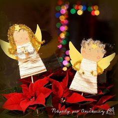 Jednoduchá vánoční dekorace - andělíček na pověšení nebo jako zápich do květináče. Tyto andělíčky nás naučila vyrábět teta Helča a zvládnou je děti zhruba od tří let. Malým dětem nachystáme vystřižené tělíčko andělíčka a křídla. Na tělo nalepíme kousek samolepicí pásky případně potřeme tyčinkovým lepidlem a necháme děti omotat tělo vlnou. Pak namalují andělíčkovi obličej. Ruce a vlasy vyrobíme z chlupatého drátu. Vlasy můžeme navléci dírkami v papíru nebo přilepíme. Na ruce se navlečou…