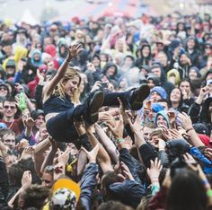 Wolf Alice, Ellie Rowsell satgediving at Glastonbury 2015 Glastonbury 2015, Glastonbury Music Festival, Play Christmas Songs, Concert Crowd, People Crowd, Summer Music Festivals, Riot Grrrl, Rockn Roll, Cool Bands