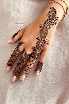 Paisley Henna Hand Design One of the most popular places to have henna is on the hands. So, today we are bringing you 21 amazing henna hand designs that are a work of art! Henna Hand Designs, Eid Mehndi Designs, Mehndi Designs Finger, Pretty Henna Designs, Modern Henna Designs, Floral Henna Designs, Henna Tattoo Designs Simple, Mehndi Designs For Girls, Mehndi Designs For Beginners