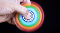 Was Pokemon Go 2016 war, ist 2017 der Fidget-Spinner. Das kleine Spielzeug hat allerdings sogar einen echten Nutzen: So soll es beispielsweise beruhigend auf Zappelphilippe wirken und Koordinationsfähigkeiten stärken. Wir haben eine große Sammlung Fidget Spinner zusammengestellt.