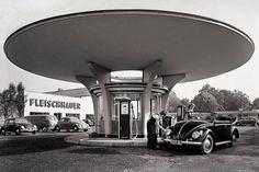 Gas station at Fleischhauer, Fröbelstr., 50823 Cologne - Ehrenfeld - Gas station at Fleischhauer, Fröbelstr. Bauhaus, Mid Century Modern Living Room, Mid Century House, German Architecture, Architecture Design, Innovative Architecture, Pompe A Essence, Drive In, Vw Vintage
