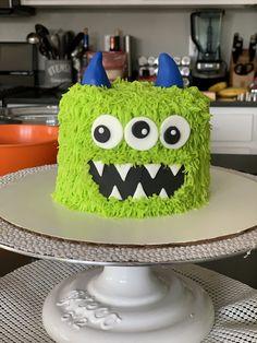 Love his eyeballs!!    #cake #buttercream #fondant #monstercake #monster #furrymonster #boo #smashcake #birthday #birthdaycake #decoratedcake #cakedecorator #desmoines #desmoinesiowa #yum #thesweetestthing
