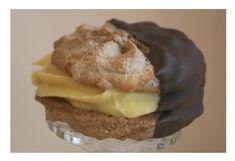 Mandelkjeks med eggekrem dyppet i sjokolade Scones Ingredients, Norwegian Food, Cookie Calories, Almond Cookies, Small Cake, Gluten Free Cakes, Sweet Cakes, Snacks, Christmas Baking