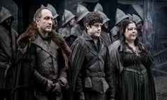 Achse des Bösen: Roose Bolton, sein Sohn Ramsay und seine Braut Walda. Obwohl letztere im Vergleich zu den beiden anderen nichts Schlimmes getan hat, ist sie doch die Manifestation des Bündnisses der Verräter Walder Frey und Bolton.