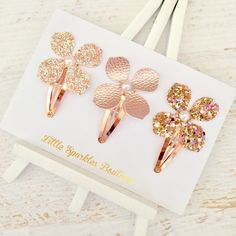 Set of 3 girls flower hair clips. These are made from rose gold leatherette, gold mixed glitter fabric and peach mixed glitter fabric. Each flower has a pearl in the middle These flowers can be attached to snap or crocodile clips, pick from the options below which you would prefer. Shipping- My shipping states a 1-2 week turnaround this is to cover myself, for busy periods. I mainly work on a 3-5 day basis. Please follow me on Instagram - @little_sparklesboutique Facebook- Little Sparkles…