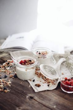 Our glass jar are perfect for this raspberry and granola yogurt parfait ! Recipe on the blog.
