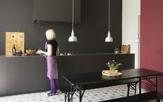 De invloed van kleur op de sfeer in een ruimte | wit warm rood zwart | kleur muur gelijk aan kleur keukenkasten en ombouw afzuigkap | portugese tegels op de vloer | houtaccenten | keuken verven...