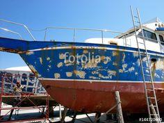 Ausgebesserter blauer Schiffsrumpf einer Motoryacht im Trockendock im Hafen von Alacati in der Provinz Izmir in der Türkei
