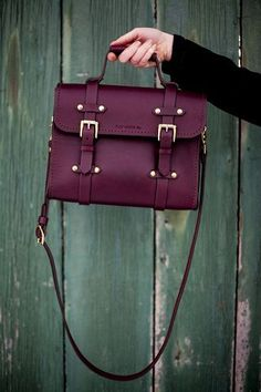 Love this purse. It would fun to try a purse that isn't black. Like this color.
