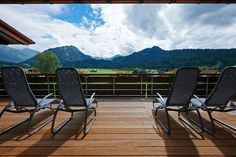 Sonnenliegen mit Ausblick im Schüle´s Gesundheitsresort!  #leadingsparesorts #leadingspa #wellness #spa #beauty #wellnesshotel #wellnessurlaub #schüles #gesundheitsresort #hotel #resort #sonnen #sonnenliegen #ausblick #natur #auszeit #urlaub #sommerurlaub #allgäu #liegen #schlafen #entspannen Mini Bars, Medical Wellness, Wellness Spa, Hotel Bayern, Hotels, Outdoor Furniture, Outdoor Decor, Location, Sun Lounger