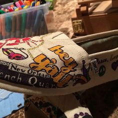 #toms #artist #art #tomsfan #tomsshoes #louisiana #lsu #frenchquarter #handpaintedshoes #customshoes #neworleans #nawleans #mardigras by no5designs
