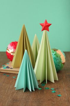 Craft to do with the kiddies DIY foldable paper trees Diy Paper Christmas Tree, Noel Christmas, Winter Christmas, All Things Christmas, Christmas Decorations, Christmas Ornaments, Origami Christmas, Xmas Trees, Paper Decorations