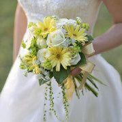 黄色ガーベラのクラッチブーケ[4] Yellow Bouquets, Gerbera, Bridal, Wedding Dresses, Board, Bridal Bouquets, Boyfriends, Flowers, Manualidades