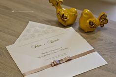 Convite de casamento com forro personalizado, relevo americano e acabamento com laço Chanel.