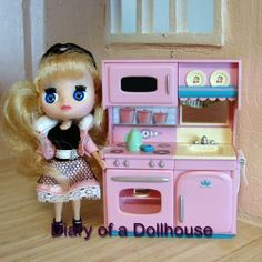 Littlest Pet Shop Blythe loves cooking in her new pink kitchen.  Thanks Hallmark for making the 2013 Kitchenette for Christmas Keepsake ornament.  It's perfect for my littlest dolls.
