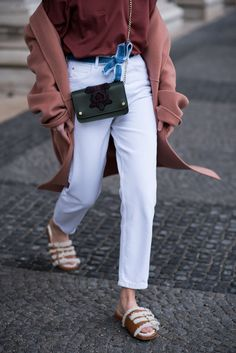 More on www.offwhiteswan.com Oversized long wool coat by luisa cerano, cos shirt with statement sleeves, White Mom Jeans by zara, Denim Trend, Fur slipper by Longchap, Fellschlappen, Streetstyle, layering, spring, summer #swantjesoemmer #offwhiteswan
