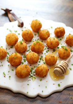 Crispy Goat Cheese Poppers with Honey - Creamy melt-in-your-mouth bites of fried goat cheese perfection! Appetizers For Party, Appetizer Recipes, Healthy Appetizers, Kitchen Recipes, Cooking Recipes, Fried Goat Cheese, Cheese Bites, Cheese Salad, Good Food