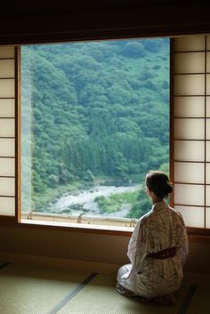 Japanese windows (traditional): wide and panoramic. Japanese Style House, Traditional Japanese House, Traditional Landscape, In Praise Of Shadows, Design Japonais, Japanese Bath, Les Religions, Japanese Flowers, Japan Design