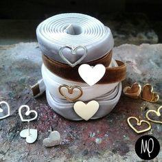 Chokers y Zarcillos pegaditos - Corazones siluetas y llenos - Baño de oro y plata Cintas para intercambiar gris plata, marron claro y blanco perla #choker #chokers #corazones #hearts #cuori #cœurs #cintas #terciopelo #velvet #velluto #velours #studs #intercambio #jewelry #instaphoto #instajewelry #instagram #jewelrybench #lovely #loveit #lovethem #loveisallweneed #justlove #love ♥