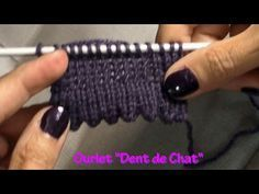 TUTO TRICOT BORDURE OURLET DENTS DE CHAT AU TRICOT FACILE - YouTube Knitting Blogs, Loom Knitting, Knitting Stitches, Baby Knitting, Knitting Patterns, Tricot D'art, Knit Edge, Crochet Wool, Creative Knitting