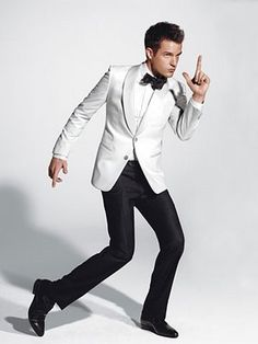 """GQ's """"How to Buy a Tux"""" with The Killer's Brandon Flowers. (Master the White Dinner Jacket) Brandon Flowers, Tuxedo Wedding, Wedding Suits, Wedding Tuxedos, Wedding Groom, Wedding Attire, Gold Wedding, Wedding Dresses, Smoking"""