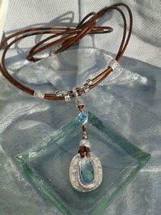 Collar cuero marrón, con aspecto rústico, beads en peltre, zamak con baño plata,  cristal strass y formas de resina. Cierre de imán.