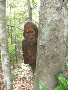 Sasquatch Carving 36 x 18 Bigfoot  peeking around tree/post/wall mount chainsaw carved get your friends with realistic monster