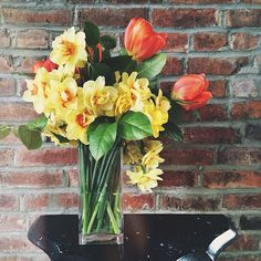 oh hey, spring in my house // #tulips and #daffodils #flowers