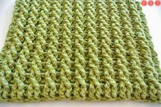 La nostra coperta Granny procede e le piastrelle sono una più bella dell'altra. Oggi abbiamo sperimentato la tecnica delle trecce all'unci...