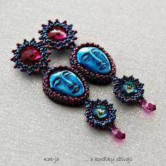 Tváře poprvé Náušnice Tváře ve výrazných tónech modré a růžové s metalickým odleskem jsou vytvořené technikou beadweaving. Použitý materiál: kabošony tváře metalické barvy, Swarovski rivoli ve dvou velikostech a barvách, Swarovski drops, japonský rokajl TOHO ve dvou velikostech a dvou barvách, plsť, ultrasuede, puzeta. Zadní strana kabošonů je začištěna ...