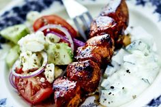 Recept från Zeta. Grillade_kycklingspett_med_fetaostsallad_och_tzatziki_st Easy Summer Meals, Summer Recipes, Food For The Gods, Hot Cocoa Recipe, Cooking Recipes, Healthy Recipes, Dessert For Dinner, Tzatziki, Food Inspiration
