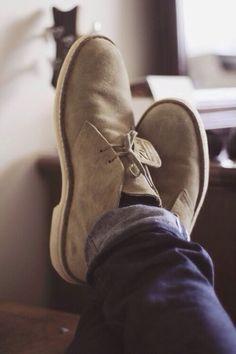The original Clarks | Desert Boot : Au fur et à mesure du temps, la desert boot est rentrée dans la culture commune et dans les vestiaires casual. C'est au cours des années 1970 et 1980 qu'elle s'est affirmée comme une icone rock telle qu'on la connait aujourd'hui. Malgré cette image, elle n'en reste pas moins versatile. Il est d'ailleurs de notoriété commune que c'est un basique de la garde robe masculine que l'on peut associer avec tout.