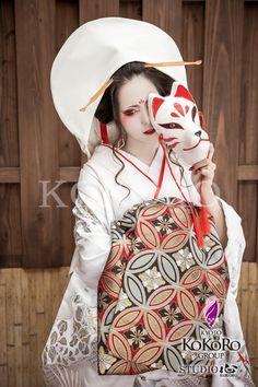 狐の嫁入り Japanese Outfits, Japanese Fashion, Japanese Beauty, Helloween Make Up, Kitsune Mask, Fantasy Photography, Cosplay Makeup, Mo S, Halloween Kostüm