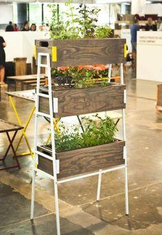 Assinada por Ricardo Rodrigues, a Horta Estante é feita de madeira (pinus) e metal e pode resolver o problema de espaço para o plantio em apartamentos. A peça foi exposta na Paralela Móvel, em São Paulo, pela NDT Brazil