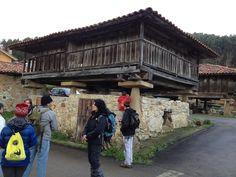 Ejemplo de panera y hórreo típicos de #Asturias #turismorural que nos encontramos en la ruta de La Isla a La Griega con @Trekkapp