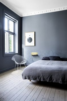 Blått soverom_skyggeblå Dark Blue Bedroom Walls, Dark Blue Walls, Grey Walls, Monochrome Bedroom, Monochrome Interior, Interior Design, Interior Decorating, Oslo, Bedroom Paint Colors