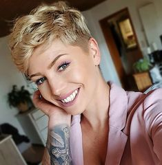 Latest short haircuts for that will give you a stunning look. Pixie cuts, bob hairstyles, shaggy and edgy short haircut, textured bobs and more. Funky Short Hair, How To Curl Short Hair, Short Hairstyles For Thick Hair, Thin Hair Haircuts, Short Hair With Bangs, Short Hair Cuts, Bob Hairstyles, Short Hair Styles, Pixie Cuts