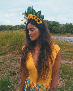 Carnaval com @mariajoana.oficial . Essa tiara foi feita por mim, só juntar cola quente, tiara, flores e folhas e criatividade ❤️