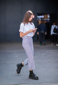Doc Martens have been in style for almost 60 years, discover what made them so popular. We also discuss how to wear them in style! Dr. Martens, Dr Martens Jadon, Look Fashion, Girl Fashion, Fashion Outfits, Womens Fashion, Looks Street Style, Looks Style, Dr Martens Outfit