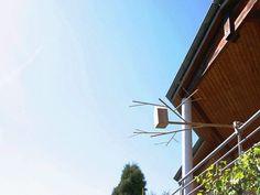 Casa de passarinho para fora da janela