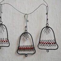 Zvoneček ve vánočním tónu / Zboží prodejce Karneola Christmas Jewelry, Christmas Crafts, Christmas Decorations, Christmas Ornaments, Wire Ornaments, Wire Weaving, Wire Crafts, Stained Glass Patterns, Beads And Wire