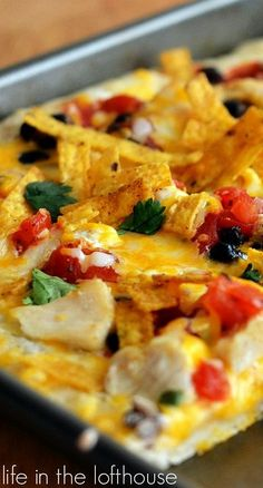 Southwest Chicken Pizza starts with ranch dressing and topped with seasoned chicken, black beans, salsa and lots and lots of cheese! Southwest Dressing, Ranch Dressing, Southwest Chicken, Flatbread Pizza, Love Pizza, Chicken Pizza, Calzone, Chicken Seasoning, Macaroni And Cheese